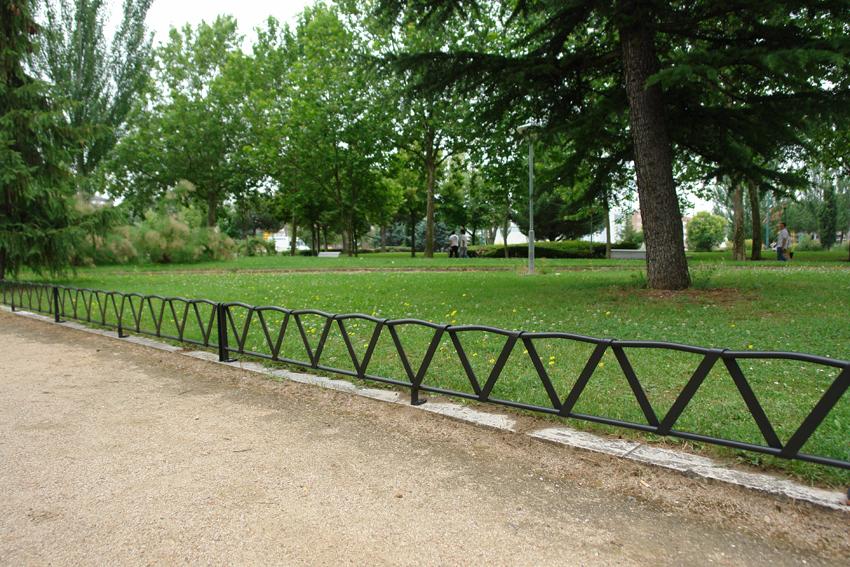 Balcones de hierro barandillas rejas de hierro for Reja para jardin vertical